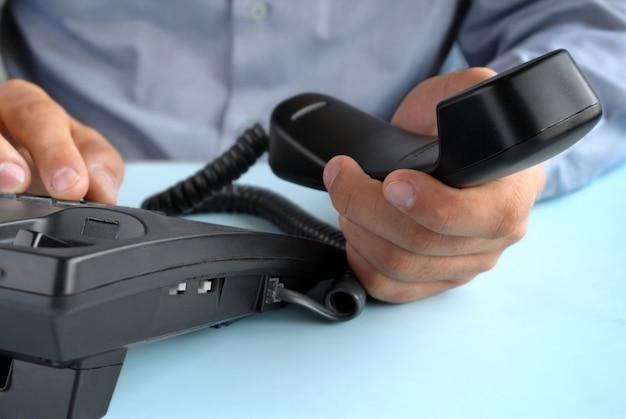 Dans le bureau d'un homme tenant le téléphone