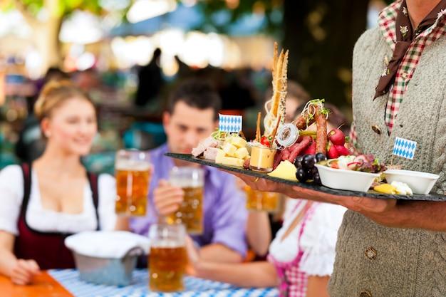 Dans le café en plein air - bière et snacks