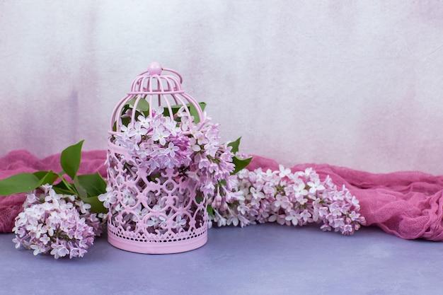 Dans une cage rose lilas rose