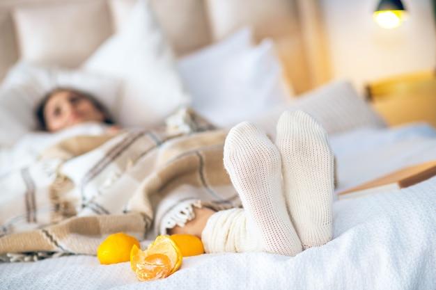 Dans la chambre. photo d'une femme allongée sur un lit