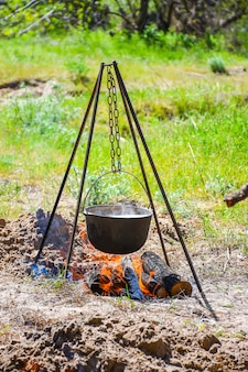 Dans le chaudron noir sur le feu, préparer la bouillie.