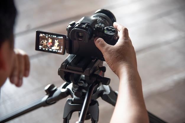 Dans les coulisses, le caméraman travaille