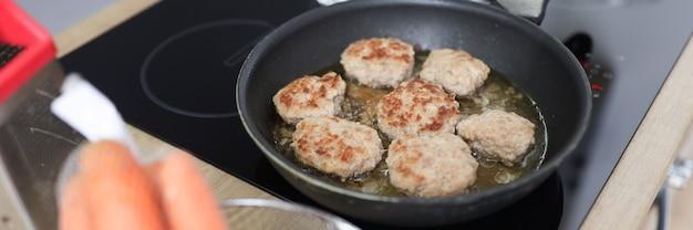 Dans la cuisine, les côtelettes sont frites dans une poêle à frire