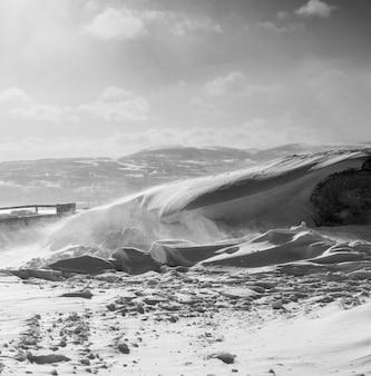 Dans le grand nord froid, tout est couvert de neige blanche, le temps d'hiver