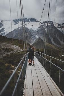 Dans hooker valley track avec vue sur le mont cook en nouvelle-zélande