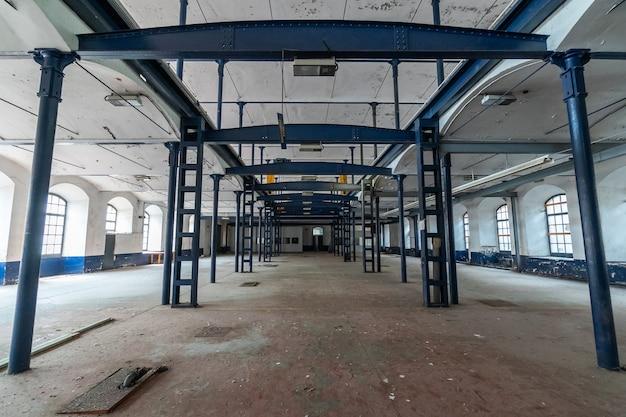 Dans une immense usine vide
