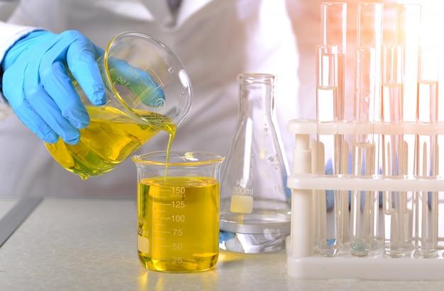 Dans le laboratoire de chimie, des femmes scientifiques font des expériences