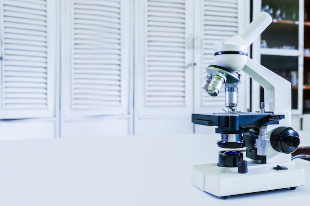 Dans un laboratoire avec microscope