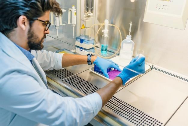 Dans un laboratoire moderne, un scientifique effectue des expériences en synthétisant des composés