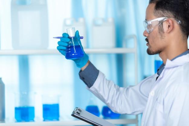 Dans un laboratoire de recherche moderne, un scientifique mène des expériences en synthétisant des composés
