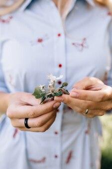 Dans la main de la fille une fleur