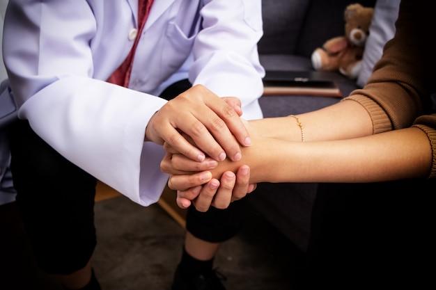 Dans la mise au point sélective des mains humaines se touchent