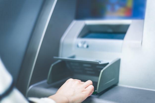 Dans l'opération atm de la banque, entrez le mot de passe