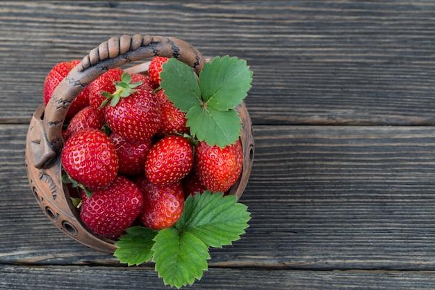 Dans un panier de fraises closeup