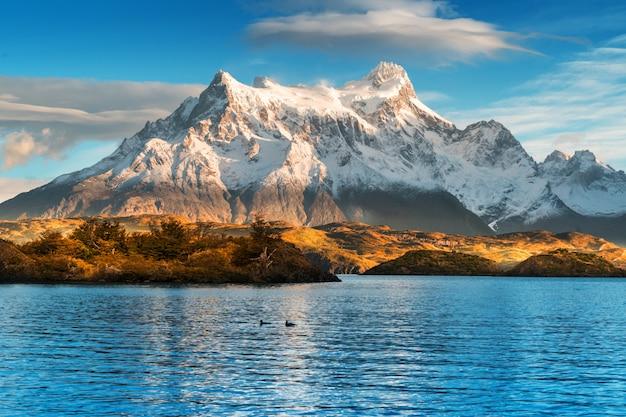 Dans le parc national torres del paine, patagonie, chili, lago del pehoe.