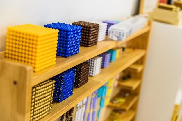 Dans la pédagogie de l'éducation alternative montessori, des matériaux spéciaux sont utilisés pour guider l'élève dans le développement de son potentiel créatif.