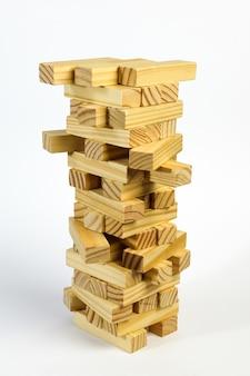 Dans la pile se trouvent des blocs de bois empilés les uns sur les autres. isolé sur fond blanc dans un désordre.