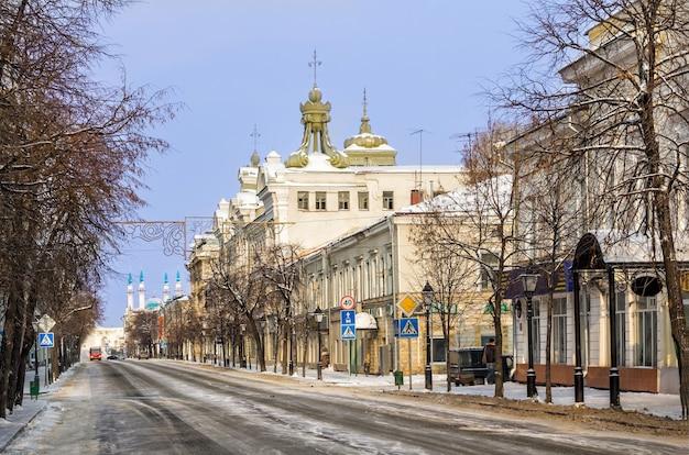 Dans la rue kremlevskaya au petit matin d'hiver et la mosquée kul-sharif au loin à kazan