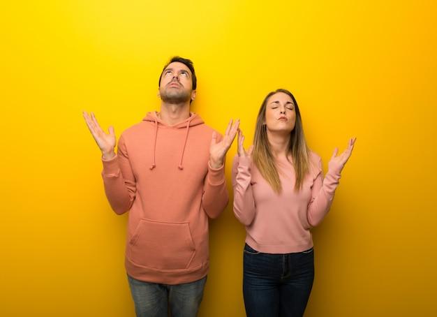 Dans la saint valentin groupe de deux personnes sur fond jaune frustré par une mauvaise situation