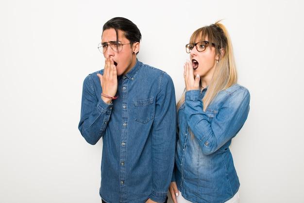 Dans la saint valentin jeune couple avec des lunettes baillant et couvrant la bouche grande ouverte avec la main