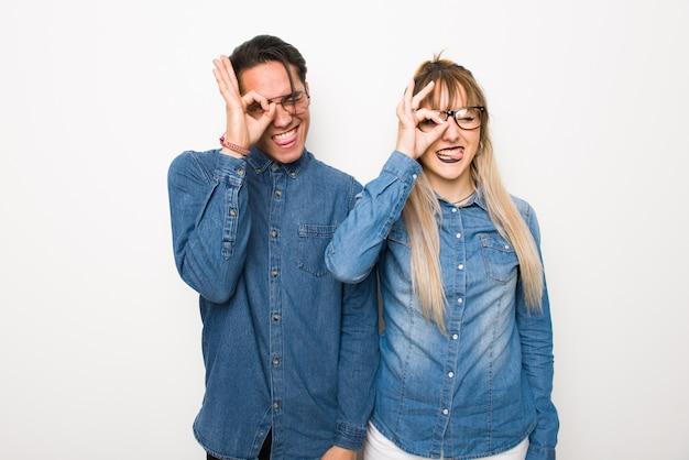 Dans la saint valentin un jeune couple avec des lunettes crée une émotion drôle et folle pour le visage