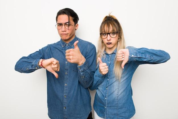 Dans la saint valentin jeune couple avec des lunettes faisant bon signe. indécis entre oui ou non