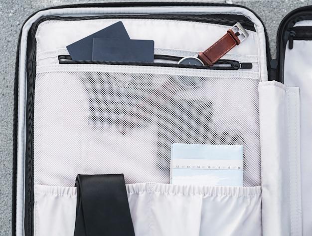 Dans la valise, assis les passeports et une montre