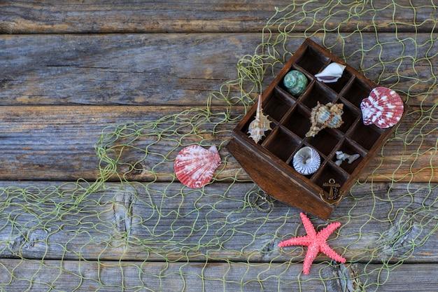 Dans une vieille boîte en bois: coquillages, étoile de mer - souvenirs d'été