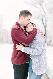 Dans la vieille ville. jeune couple caucasien gai dans des vêtements confortables chauds marchant dans le centre-ville.