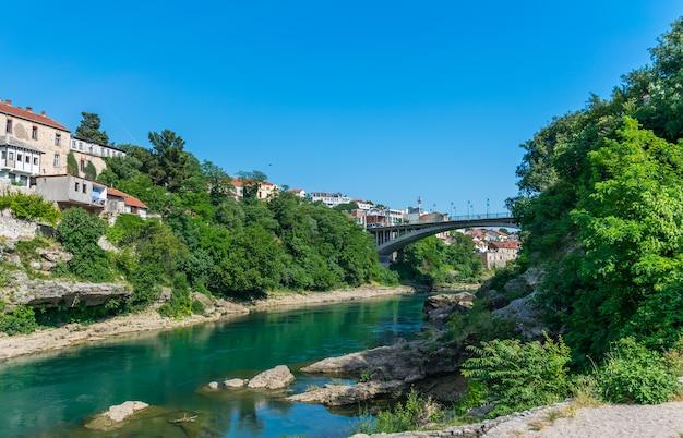 Dans la ville de mostar, il y a un pont moderne pour les voitures.