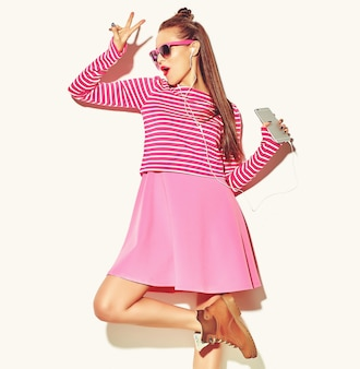 Danse belle heureuse mignonne souriante sexy brune femme fille dans des vêtements d'été rose coloré décontracté
