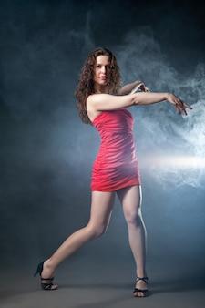 Danse femme en robe rouge sur fond noir