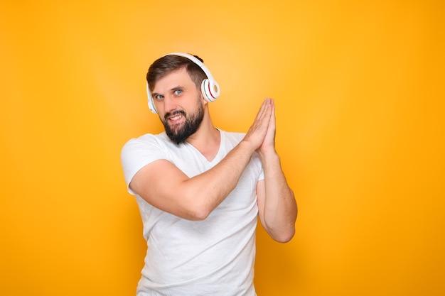 Danse - homme barbu avec un casque sur les oreilles.