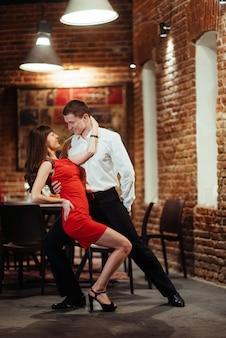 Danse jeune couple sur fond blanc. passionné de salsa dan