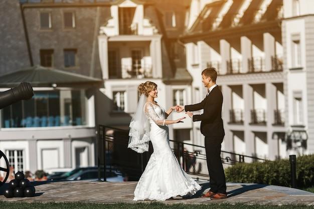 Danse les jeunes mariés dans la rue