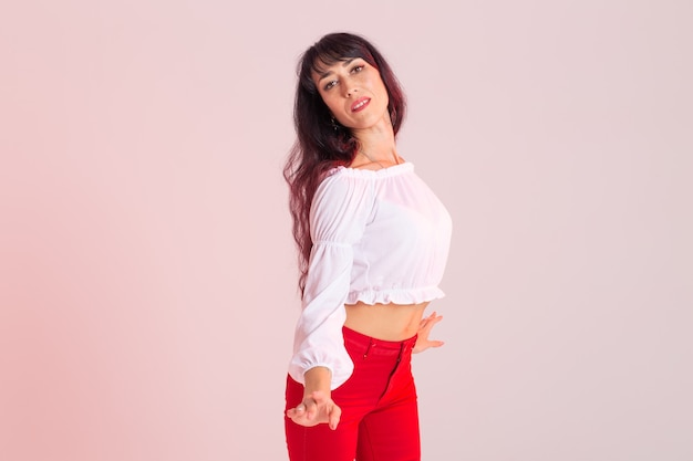 Danse latina, strip dance, concept de dame contemporaine et bachata - femme qui danse improvisation et