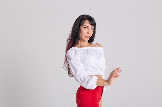 Danse latino, improvisation, concept de danse contemporaine et vogue - belle jeune femme dansant sur
