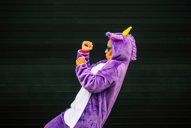 Danse de masque de licorne folle avec des gens drôles