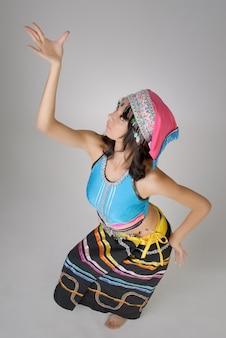 Danse pose avec robe colorée traditionnelle chinoise, nationalité dai.