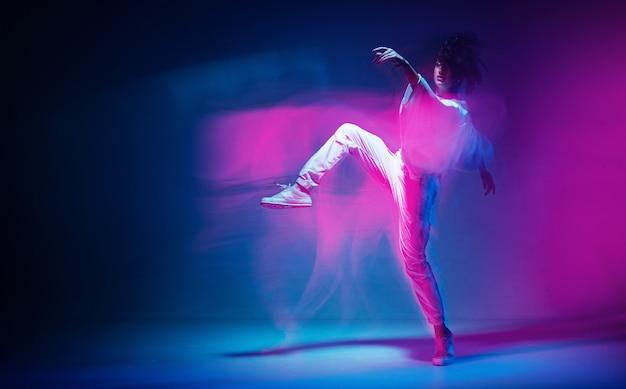 Danse sportive féminine en néon coloré expressif photographie de studio de danse contemporaine avec