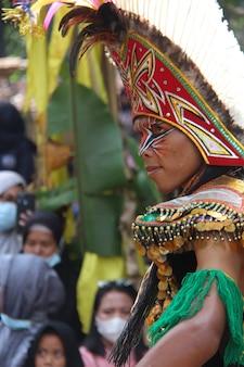 Danse traditionnelle javanaise avec masque de plumes topeng