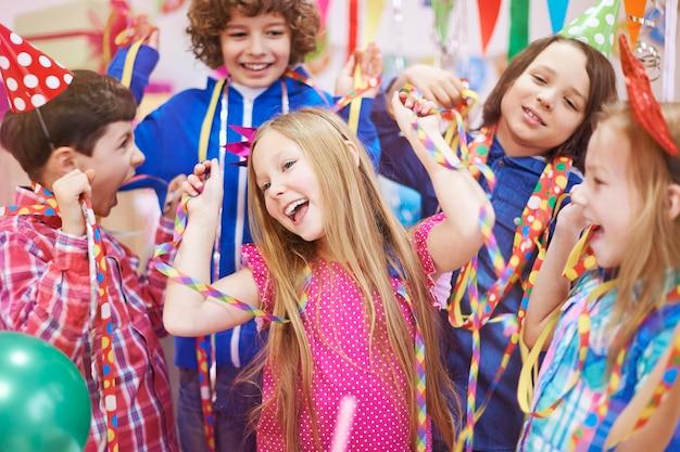 Danser avec des amis à la fête d'anniversaire
