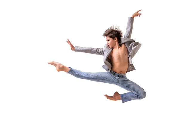 Danseur de ballet adolescent sautant pieds nus, isoler sur un fond blanc.
