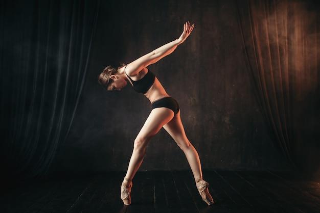 Danseur de ballet classique en formation pratique noire