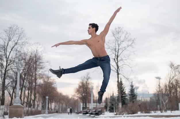 Danseur de ballet à faible angle effectuant