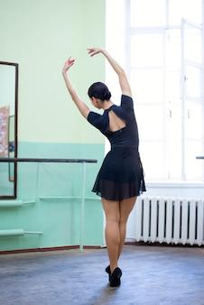 Danseur de ballet féminin effectuer en studio