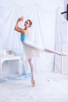Danseur de ballet professionnel posant sur blanc