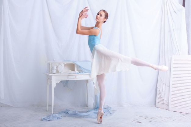 Danseur de ballet professionnel posant sur salle blanche
