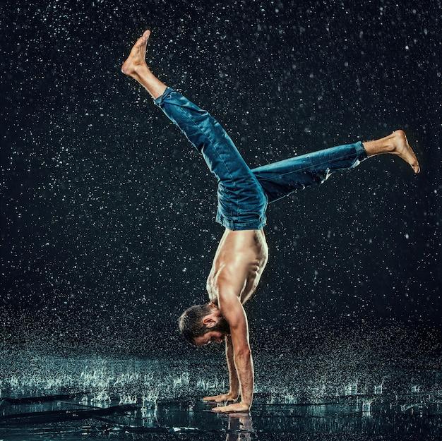 Le danseur de break masculin dans l'eau.