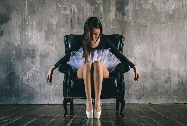 Danseur classique effectuant des mouvements de ballet